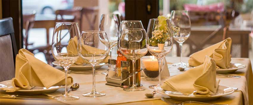 husk service og møbler for at afholde en konfirmations fest hjemme